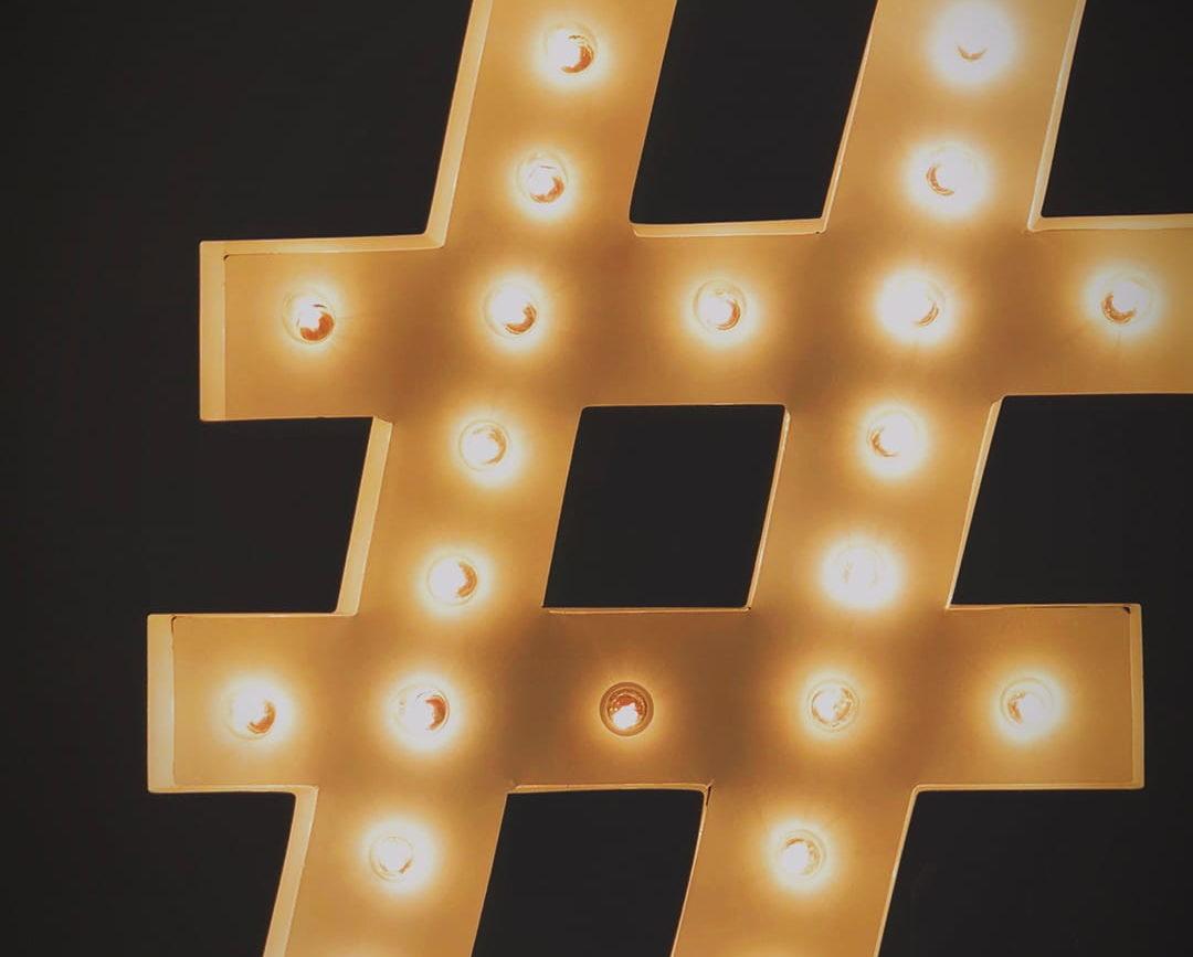 hashtag muotoinen lamppu